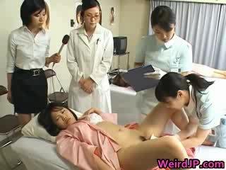 প্রাচ্য বউ হয় examining female workers