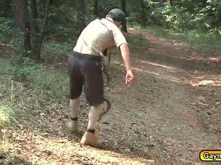 Scouts përjashta duke thithur dhe qirje aktivitet