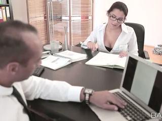 Krūtainas valentina nappi fucked līdz viņai boss