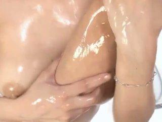 Forró olajos ázsiai bevállalós anyuka maria enjoys petting