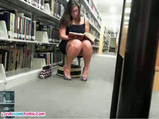 Verdorben mieze masturbates im die bibliothek