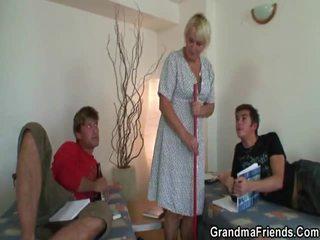পুরাতন পরিষ্কার donna হয় banged দ্বারা two lads