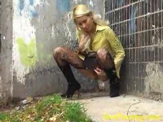 Nešvankus šlapinimasis blondinė liking jos išdykęs darbas