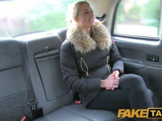 Fake taxi kaakit-akit olandes minx tries pagtatalik na pambutas ng puwit sa taxi