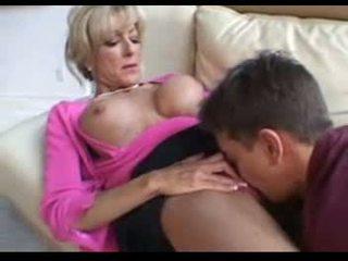 Deze rijpere vrouwen fucks een younger man op een zitbank