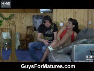 Wellhung guy wetting sebuah dewasa meaty alat kemaluan wanita