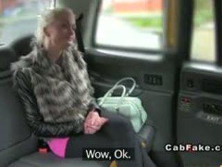 Krūtinga suomiškas blondinė bangs į taxi