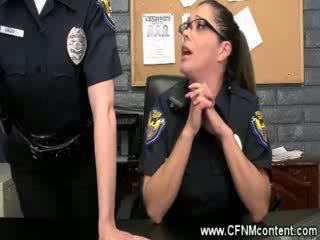 Den polis frisk dem för grov dongs till suga på vid den station