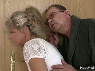 Han leaves och gammal parents seduces hans yummy gf
