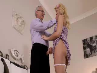 Super vroče blondie res gets sesanje za old jim na a kavč