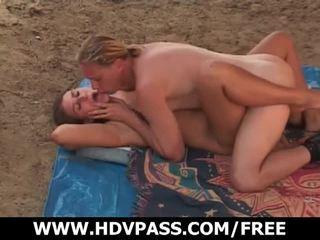 Abbronzarsi turns in sesso su il sandy spiaggia