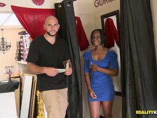 Jmac works viņa customers pie the vietējs apģērbi veikals