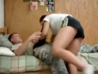 Oss armén guy knull hans högskolan flickvän i studentrummet
