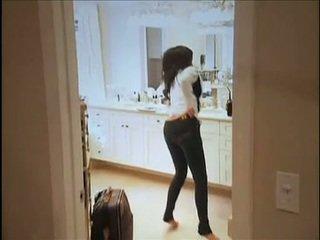 Kim kardashian flashes henne oustanding pupper og lubben anus mens i sofa