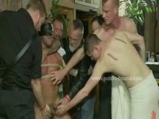Powerful homo hunk naakt en gedwongen naar neuken in extreem publiek seks