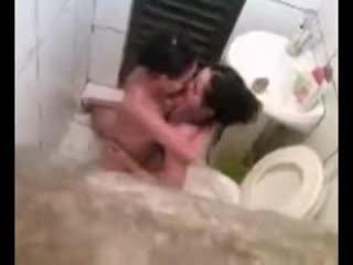 Lesbiete noķerti uz tualete jāšanās video