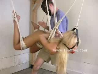 Blondīne gets viņai krūšgali teased un viņai pupi fondled līdz a masked vīrietis ka ties viņai uz leju