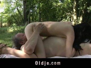 Gorda velho homem fucks jovem grávida em o woods