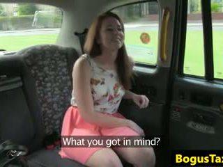 Skanky nipplepierced الهاوي مارس الجنس في المقعد الخلفي من cab