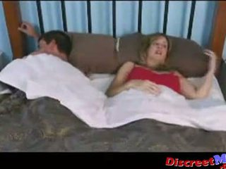 Jongen en mam in de hotel kamer