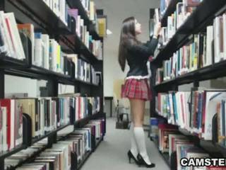 Schulmädchen im uniform wants bis bust ihre nut im die bibliothek
