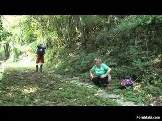 Apkūnu senelė takes dicking į the miškas