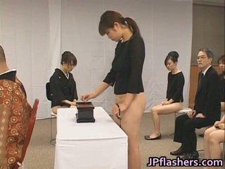 Asiatico ragazze andare a chiesa metà nuda