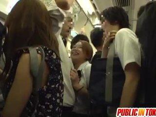 Uczennica gives a na ręcznym na the autobus