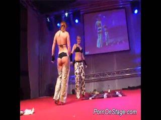 2 ragazze dentro lesbie showcase con pubblico
