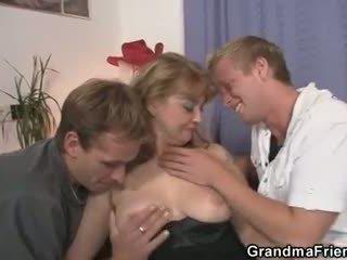 Ze enjoys two cocks in mond en poesje