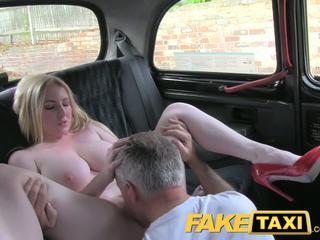 Faketaxi blondīne bomba ar liels bumbulīši gets skaistas creampie uz taxi