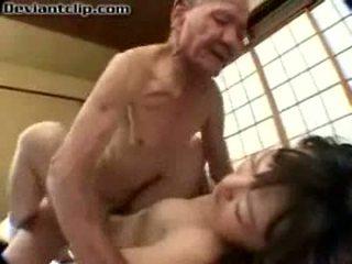 Pobre japonesa escolar follada por viejo fart