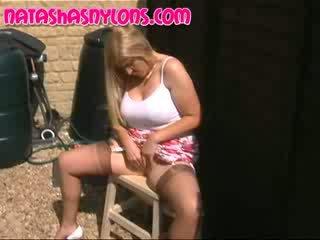 English vrouw met verbazingwekkend groot boezem wearing tan zijde seamedstockings natures