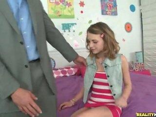 Jong schoolmeisje kasey chase plukken omhoog haar leraar