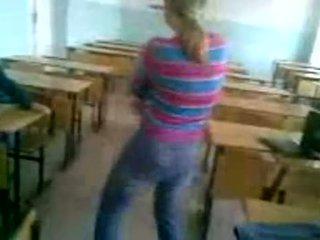 Nejaukas skolniece stripping uz klasesistaba