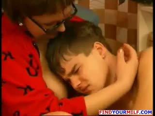 俄 美洲獅 勾引 她的 青少年 兒子