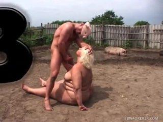 Netīras lielas skaistas sievietes jāšanās uz pig lauks