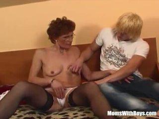Roodharige grootmoeder in laced kniekousen fucks jong piemel <span class=duration>- 20 min</span>
