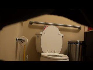 Ξυρισμένο fitness κορίτσι που πιάστηκε επί τουαλέτα! βίντεο