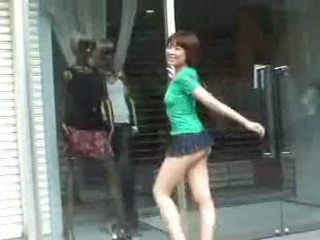 Με πλούσιο στήθος hoe σε mini φούστα σε δημόσιο