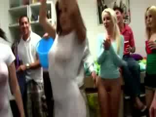 Groot nat t shirt wedstrijd in slaapzaal kamer met ontzagwekkend meisjes