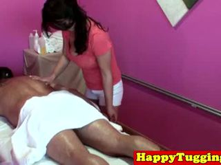 Groot titted aziatisch tugging masseuse