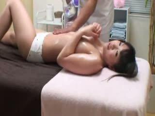 College jente reluctant orgasme av masseur