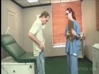Tempting 의사 rubs 그녀의 patient's 형사