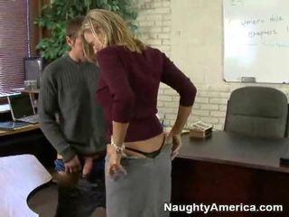 Nejaukas skolotāja seduces viņai students