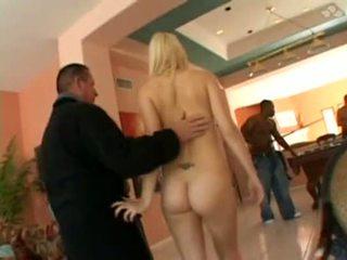 Une jolie blondine se fait déchirer le cul dans un bende bang