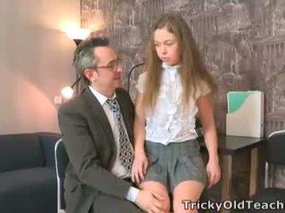 Sara looks tik innocent kad viņa walks stāšanās the teachers birojs