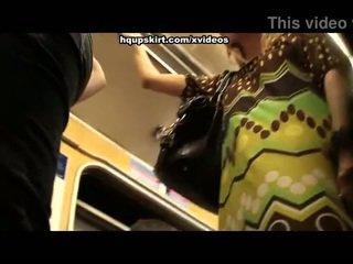 Karštas subway upskirts į crowd