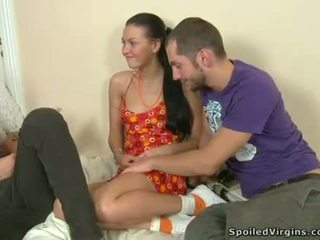 Innocent babe er pleasuring 2 sulten fellows