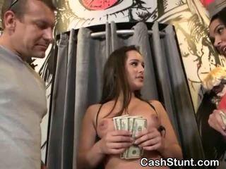 Brunette amateur zuigen piemel voor cash gedurende geld talks stunt
